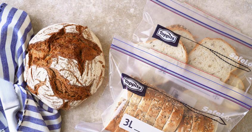 Brot auf dem Tisch und Brotscheiben in Toppits® Gefrierbeuteln