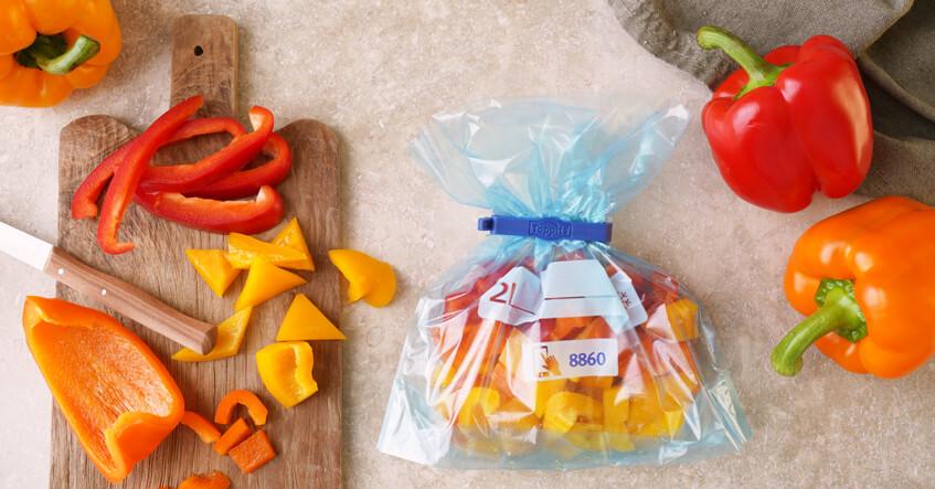 Paprika auf dem Schneidebrett und im Toppits® Gefrierbeutel