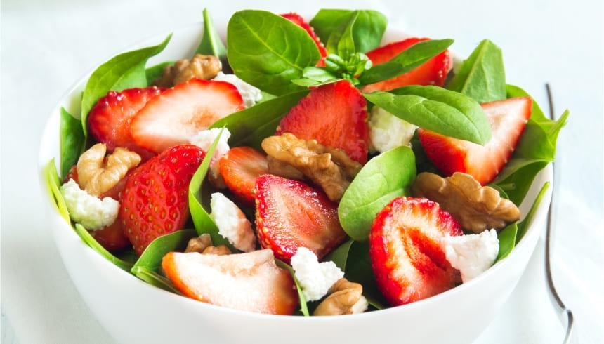 Frischer Salat mit Erdbeeren