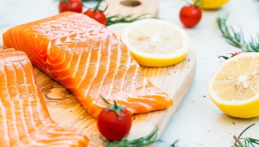 Préparation d'un délicieux saumon avec film fraîcheur compatible pour micro-ondes de Toppits®.