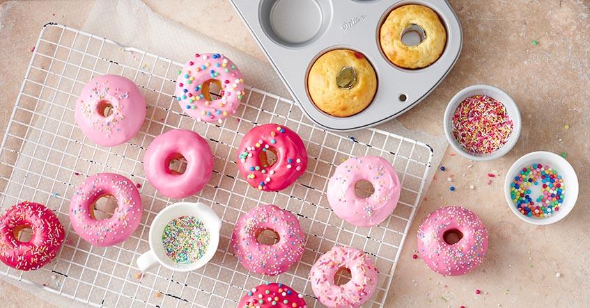 Bunt glasierte Mini Donuts aus der Muffinform