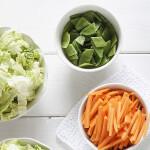 Frisches Gemüse und frischer Salat in Schalen